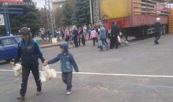 В Горловке от имени Беса жителям раздают живых кур