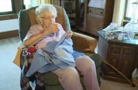 99-летняя бабушка каждый день шьет платья для нуждающихся детей