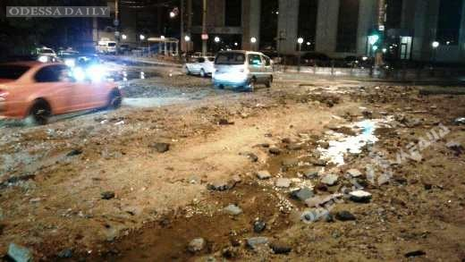 В Одессе ливень смыл тонны песка на Таможенную площадь