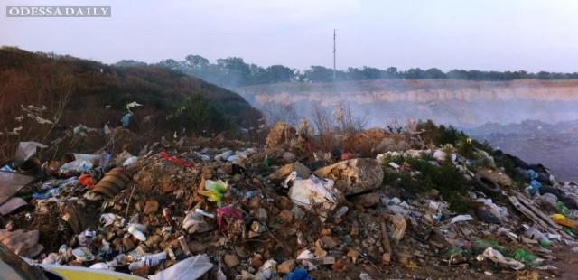 Из-за горящей мусорной свалки задыхается жители Одесской области