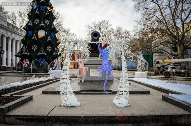 На Думской площади установили 20-метровую ёлку