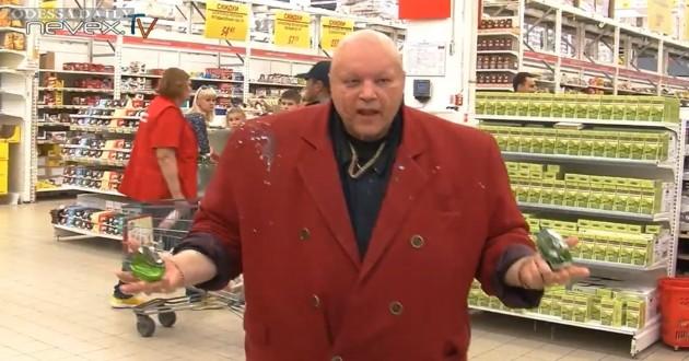 Зачистка Ашана: российские «казаки» устроили дебош с импортными продуктами. ВИДЕО