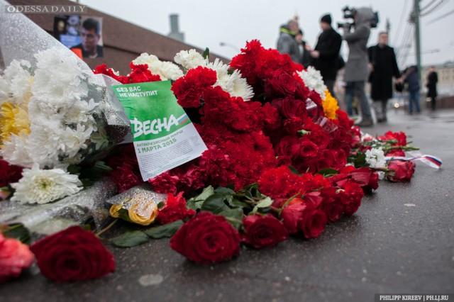 К месту убийства Немцова несут цветы и листовки «Я — Борис» и «Без вас не наступит весна»