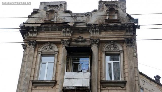 У памятника архитектуры 19-го века в центре Одессы осыпается фасад