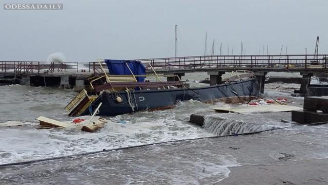 Сильный шторм уничтожил яхту в одесском яхт-клубе (фото)