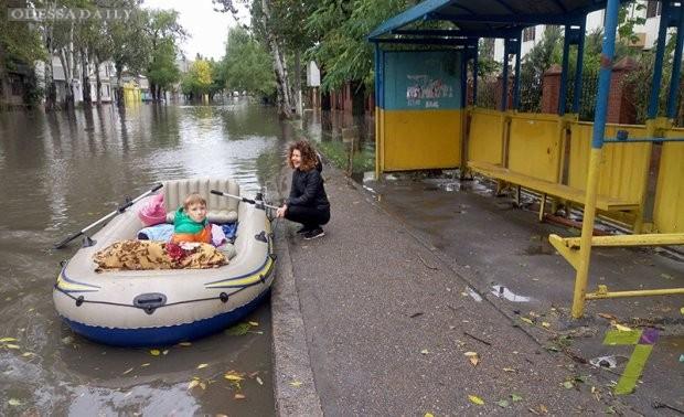 В магазин на лодках- жизнь одесситов после стихии