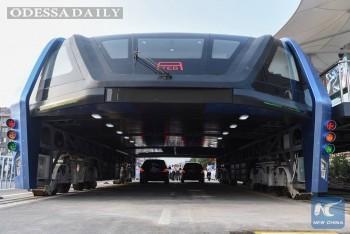 В Китае испытали трамвай, пропускающий сквозь себя легковые автомобили