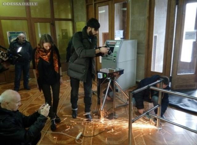 На входе в Одесскую обладминистрацию снесли турникет, который был незаконно установлен на выходные