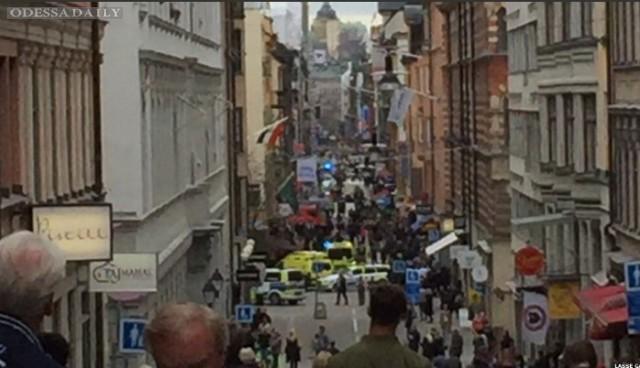 В центре Стокгольма грузовик въехал в толпу людей