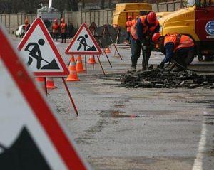 В Укравтодоре назвали стоимость ямочного ремонта дороги