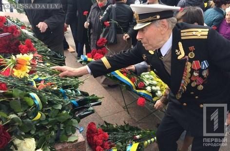 В День освобождения Одессы к памятнику неизвестному матросу возложили цветы