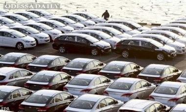 Спрос на автомобили в Украине упал почти вдвое
