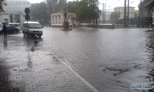Таможенная площадь и ул. Приморская в Одессе стали огромными лужами, в которых глохнут автомобили