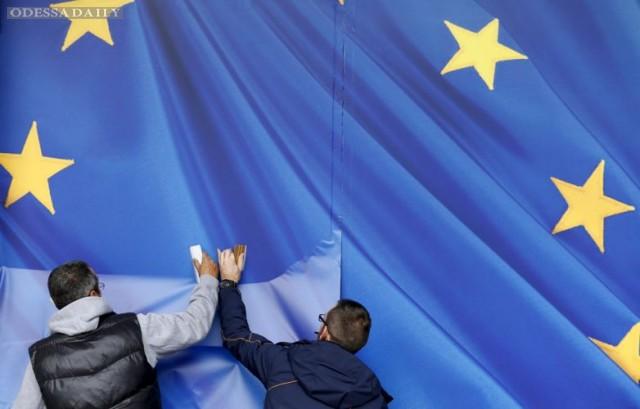 ЕС сможет приостановить безвиз в случае отмены реформ в Украине, - СМИ