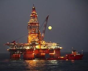 Китайские нефтяники первыми в мире добыли с дна моря горючий лед