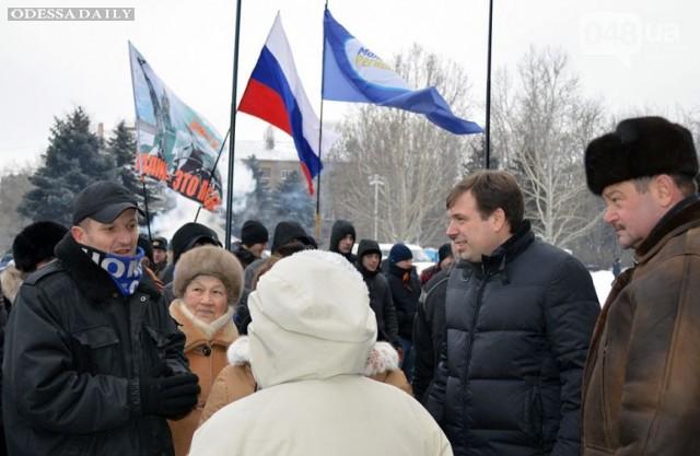 Губернатор Одесской области позирует на фоне флага России