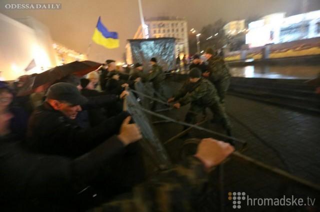На Майдане активисты прорвались сквозь ограждение и сорвали концерт, посвященный годовщине революции (видео)