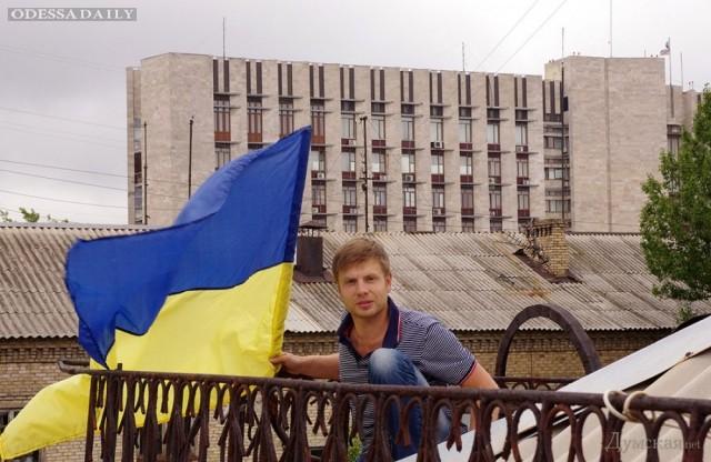 Одесский депутат вывесил перед окнами сепаратистов в Донецке украинский флаг (фото, видео)