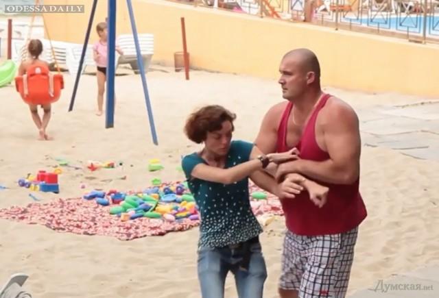 Охрана платного пляжа напала на съемочную группу: избили девушку, а оператора бросили в бассейн