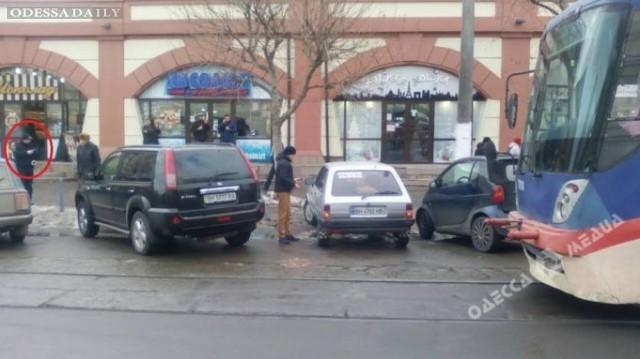 Пассажиры одесского трамвая самостоятельно подвинули «автохама»