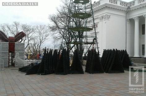 Праздник кончился: на Думской площади убирают главную ёлку Одессы