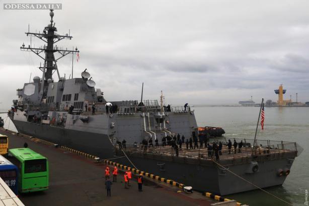 Американский эсминец пришвартовался у одесского Морского вокзала