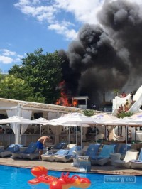 Персонал клуба «Ибица» в Аркадии эвакуирует посетителей из-за сильного пожара