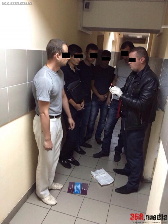 В Одессе государственный исполнитель за 700 долларов снял арест с автомобиля