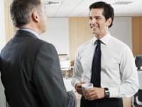 Специалисты рассказали, как шутки начальника влияют на подчиненных