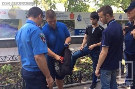 Полиция проверяла мужчин с сумками возле мэрии, искали запрещенные предметы