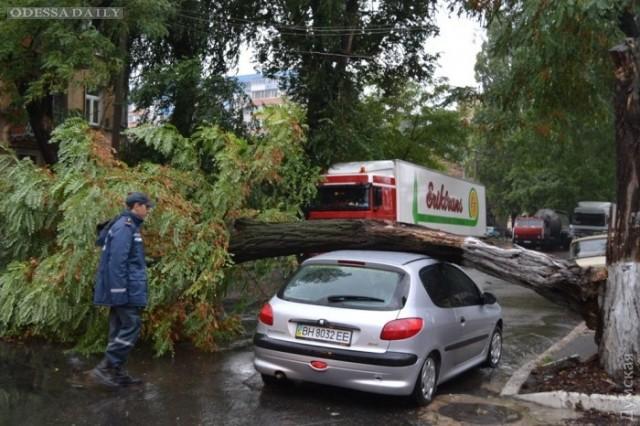 В Одессе и области сотрудники ГСЧС вылавливают затонувшие машины и осушают подтопленные дворы