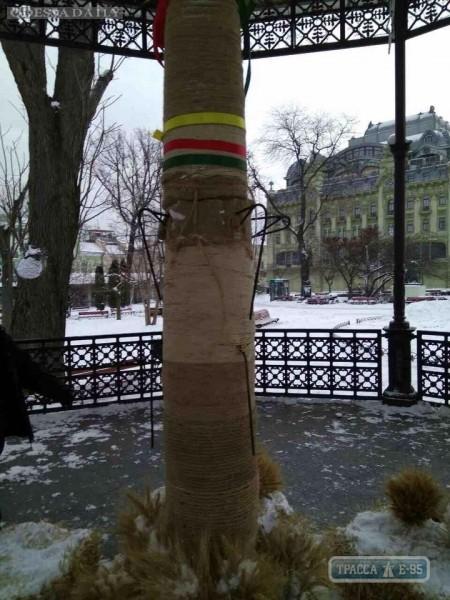 Вандалы уничтожили трехметровый дидух, установленный в одесском Горсаду на Рождество